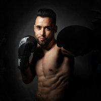 Multiple champion du monde de Kick Boxing et K-1 Light, je propose des cours de Kick boxing, K-1 et Muay Thaï adaptés à tous les niveaux et dans différentes langues (Français, English, Español)