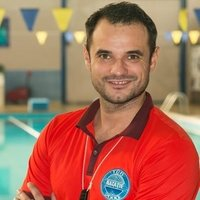 Professeur de natation donne des cours prive de natation/Swimming teacher give private swimming lessons